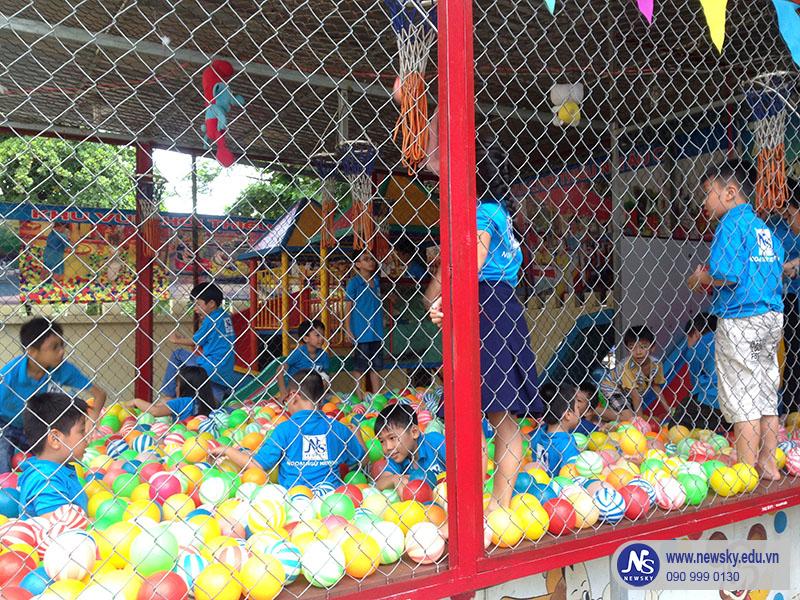 Nhà Banh là 1 trong những trò mà các bé rất thích sau những giờ học vui vẻ trong lớp