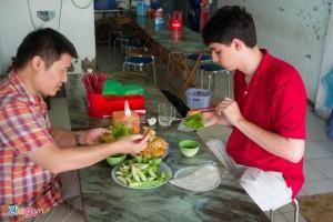James nhanh chóng nắm bắt được tên các món ăn ở Hà Nội