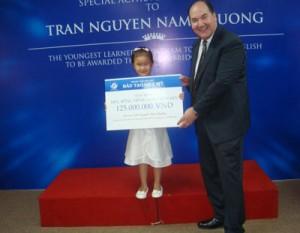 Trần Nguyễn Nam Phương nhận học bổng trọn đời trị giá 125 triệu đồng