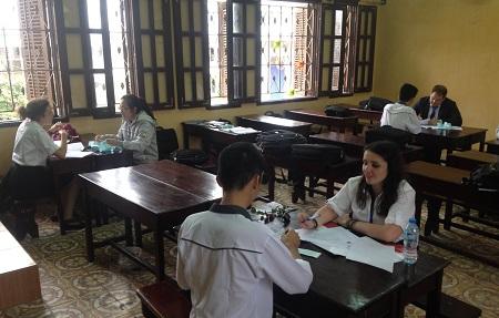 Học sinh THPT chuyên Lê Hồng Phong tham gia kiểm tra đầu vào với giáo viên bản ngữ